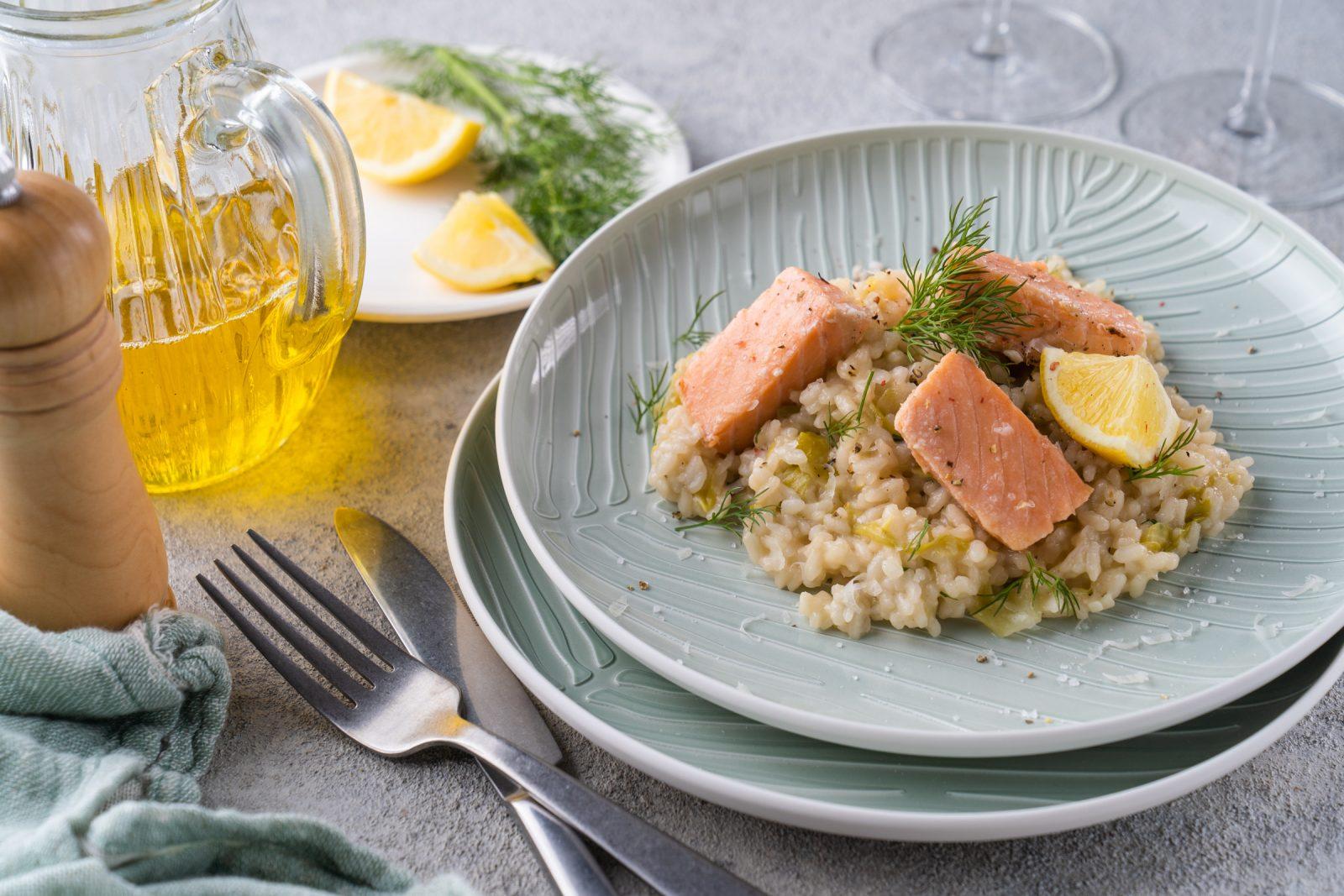 Rezept zum Confieren von Lachs mit Spitzkohl-Risotto. Wir verraten welches Rapsöl ihr nutzen solltet und warum ihr Fisch nie wieder anders essen möchtet.