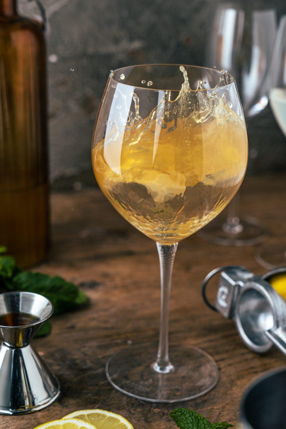 Maple Mint Fizz 2 | Wir sind bei einem leckeren Cocktail immer direkt dabei! Ein Jubiläum ist ja immer die perfekte Gelegenheit etwas ganz Besonderes zu kreieren. Und so haben wir uns kurzerhand den Maple Mint Fizz überlegt.Ein fruchtig frischer Cocktail, der mit spritzigem Ginger Beer einfach unwiderstehlich ist - damit heben wir die Gläser und gratulieren unserem Partner ZWIESEL GLAS zum Jubiläum. CHEERS!