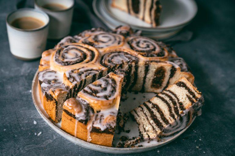 Rezept für einen saftig leckeren Schneckenkuchen mit Haselnussfüllung nach Omas Rezept. Luftige Hefeschnecken werden in einer Springform als Kuchen gebacken - musst du einfach ausprobieren!