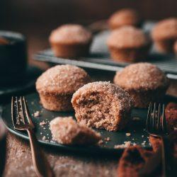 Zimt Zucker Muffins 18 | Zimt-Zucker ... für mich eine unschlagbare Kombination. Ein Crêpe mit Zimt & Zucker ist in den Wintermonaten Pflichtprogramm! Schon seit einigen Jahren ist Zimt für uns aber ein Gewürz, das uns ganzjährig begleitet - Zimt ist viel zu lecker, um ihn nur in der Weihnachtszeit zu feiern. Warum also nicht den Geschmack von Zimt & Zucker mit einem Muffin kombinieren?! Der ist super einfach und schnell gebacken und mit seiner süßen Oberseite ein absolutes Highlight. Meet our Zimt-Zucker Muffin - ihr werdet ihn lieben!