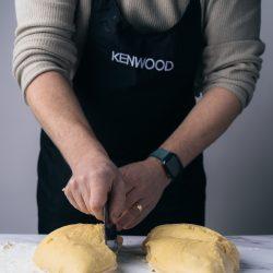 Milchbrot Kenwood 12 | Bei mir geht eigentlich kein üppiges Frühstück ohne Milchbrot bzw. -brötchen. In meiner Heimat bekommt man sie in der Regel als Einback und seit Kindertagen liebe ich sie über alles. Nach gefühlten Ewigkeiten haben wir endlich auch ein Rezept dafür und das Besondere ist der typische Vorteig, genannt Thangzong. Da er bei einer speziellen Temperatur zubereitet werden muss, klingt es erstmal etwas abschreckend - mit der Kenwood Cooking Chef XL aber gar kein Problem!