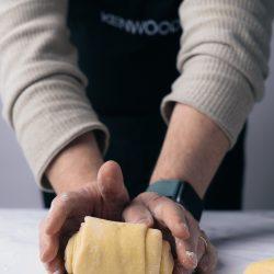 Milchbrot Kenwood 15 | Bei mir geht eigentlich kein üppiges Frühstück ohne Milchbrot bzw. -brötchen. In meiner Heimat bekommt man sie in der Regel als Einback und seit Kindertagen liebe ich sie über alles. Nach gefühlten Ewigkeiten haben wir endlich auch ein Rezept dafür und das Besondere ist der typische Vorteig, genannt Thangzong. Da er bei einer speziellen Temperatur zubereitet werden muss, klingt es erstmal etwas abschreckend - mit der Kenwood Cooking Chef XL aber gar kein Problem!