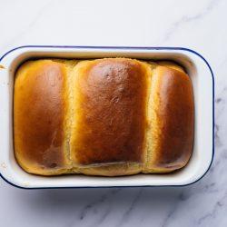 Milchbrot Kenwood 32 | Bei mir geht eigentlich kein üppiges Frühstück ohne Milchbrot bzw. -brötchen. In meiner Heimat bekommt man sie in der Regel als Einback und seit Kindertagen liebe ich sie über alles. Nach gefühlten Ewigkeiten haben wir endlich auch ein Rezept dafür und das Besondere ist der typische Vorteig, genannt Thangzong. Da er bei einer speziellen Temperatur zubereitet werden muss, klingt es erstmal etwas abschreckend - mit der Kenwood Cooking Chef XL aber gar kein Problem!