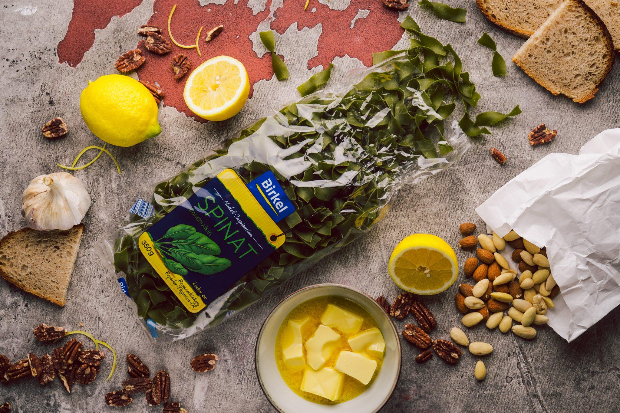 Rezept für grüne Bandnudeln in Zitronenbutter mit Nuss-Brot-Crunch. Vegetarisch, lecker und schnell zubereitet. Perfekt für ein unkompliziertes Lunch.