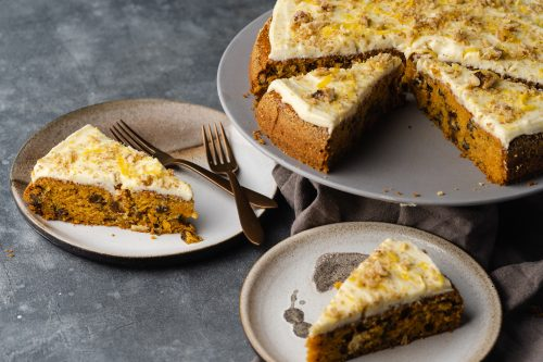 Rezept für einen super saftigen Karottenkuchen. Ganz ohne Haselnüsse mit tollen Fruchtaromen von Zitrone & Rosinen. Die Walnuss sorgt für den nötigen Biss.