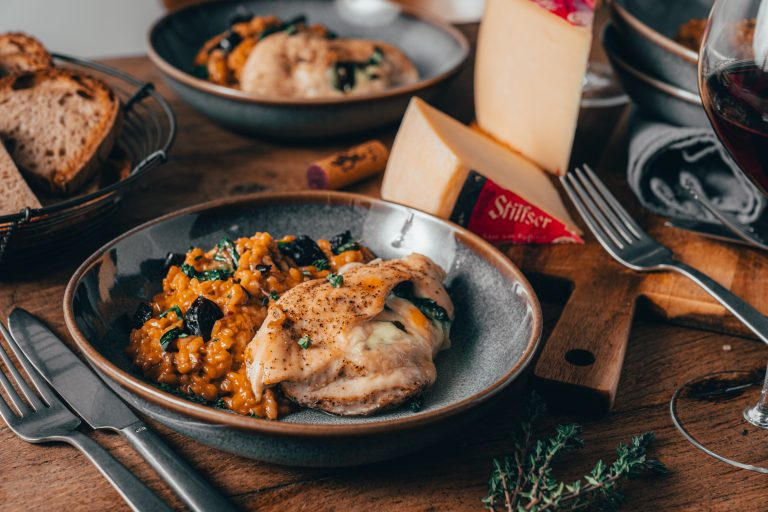 Rezept für ein Alm-Hähnchen, gefüllt mit Stilfser g.U. Käse. Dazu gibt es ein Dörrpflaumen-Risotto. Perfekt und einfach zubereitet in nicht viel mehr, als 30 Minuten.