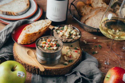 Gefluegelleberpastete Suedtirol Apfel 13 | Apfel, Käse & Speck - das sind die Stars unseres Rezepts! Genau genommen sind es Südtiroler Apfel g.g.A.,Stilfser g.U. Käse undSüdtiroler Speck g.g.A.. In den letzten Wochen haben wir wir euch ja bereits ein wundervolles 3-Gang-Menü mit den Südtiroler Spezialitäten mit EU-Gütesiegel präsentiert und heute kommt unser finales Rezept, in dem alle Aromen in einem super leckeren Zusammenspiel vereint werden. Gnocchi mit cremiger Spinat-Stilfserkäsesauce mit Südtiroler Apfel-Speck-Crunchklingt nicht nur köstlich, das ist es auch und wir können euch nur empfehlen, es unbedingt auszuprobieren.