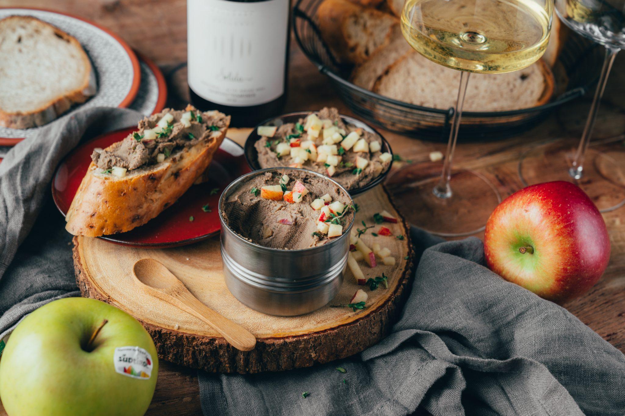 Gefluegelleberpastete Suedtirol Apfel 16 | Heute starteteine kleinekulinarische Reise - wir nehmen euch mit nach Südtirol. Dafür haben wir ein leckeres 3 Gänge-Menü mit hochwertigen Qualitätsprodukten aus Südtirolzubereitet! Jeder Gang hat eine Hauptzutat, die mit einem europäischen Gütesiegel versehen ist und den Anfang macht der Südtiroler Apfel g.g.A.. Wir starten unser Menü mit einerdeftig, fruchtigen Brotzeit undTorsten hat nach einigen Versuchen diese super einfache Geflügelleberpastetekreiert, die in wenigenMinuten einen leckeren Genussabend einleitenkann.