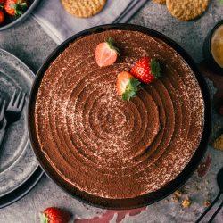 Erdbeer Tiramisu Torte CookingChef 31 | Kuchen, Torte und Erdbeeren, darauf freue ich mich immer wie ein kleines Kind! Ihr auch? Irgendwie lieben wir beide aromatische Erdbeeren in allen Formen und daher sind sie natürlich auch zum Backen die perfekten Begleiter. Allerdings backen wir heute gar nicht so richtig, denn unsere Erdbeer-Tiramisu Torte benötigt gar keinen Ofen! Unsere Kenwood Cooking Chef XL und einen Kühlschrank ...mehr braucht es nicht zu diesem himmlischen Genuss.