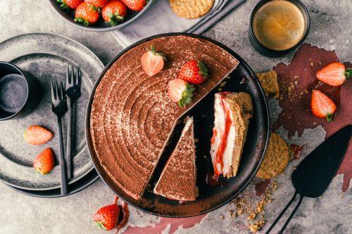 Erdbeer Tiramisu Torte CookingChef 36 | Kuchen, Torte und Erdbeeren, darauf freue ich mich immer wie ein kleines Kind! Ihr auch? Irgendwie lieben wir beide aromatische Erdbeeren in allen Formen und daher sind sie natürlich auch zum Backen die perfekten Begleiter. Allerdings backen wir heute gar nicht so richtig, denn unsere Erdbeer-Tiramisu Torte benötigt gar keinen Ofen! Unsere Kenwood Cooking Chef XL und einen Kühlschrank ...mehr braucht es nicht zu diesem himmlischen Genuss.