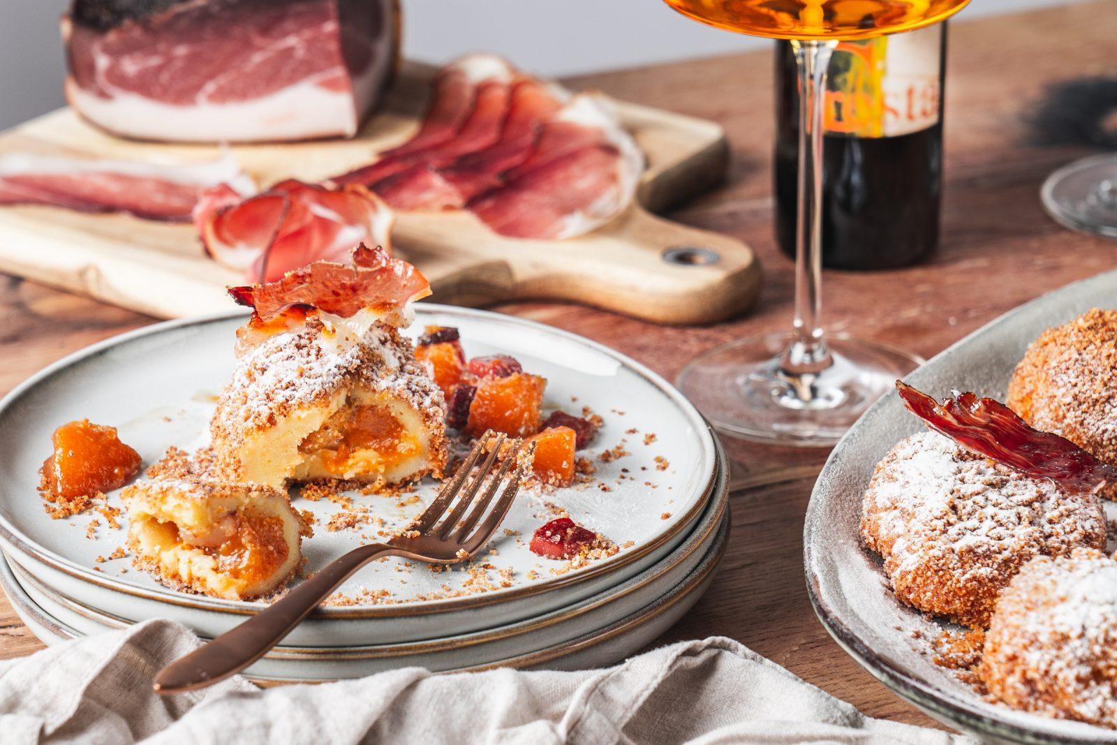 Rezept für süße Marillenknödel mit Südtiroler Speck g.g.A.! Eine wunderbare Kombination aus Frucht gepaart mit mild geräuchertem Schinken.