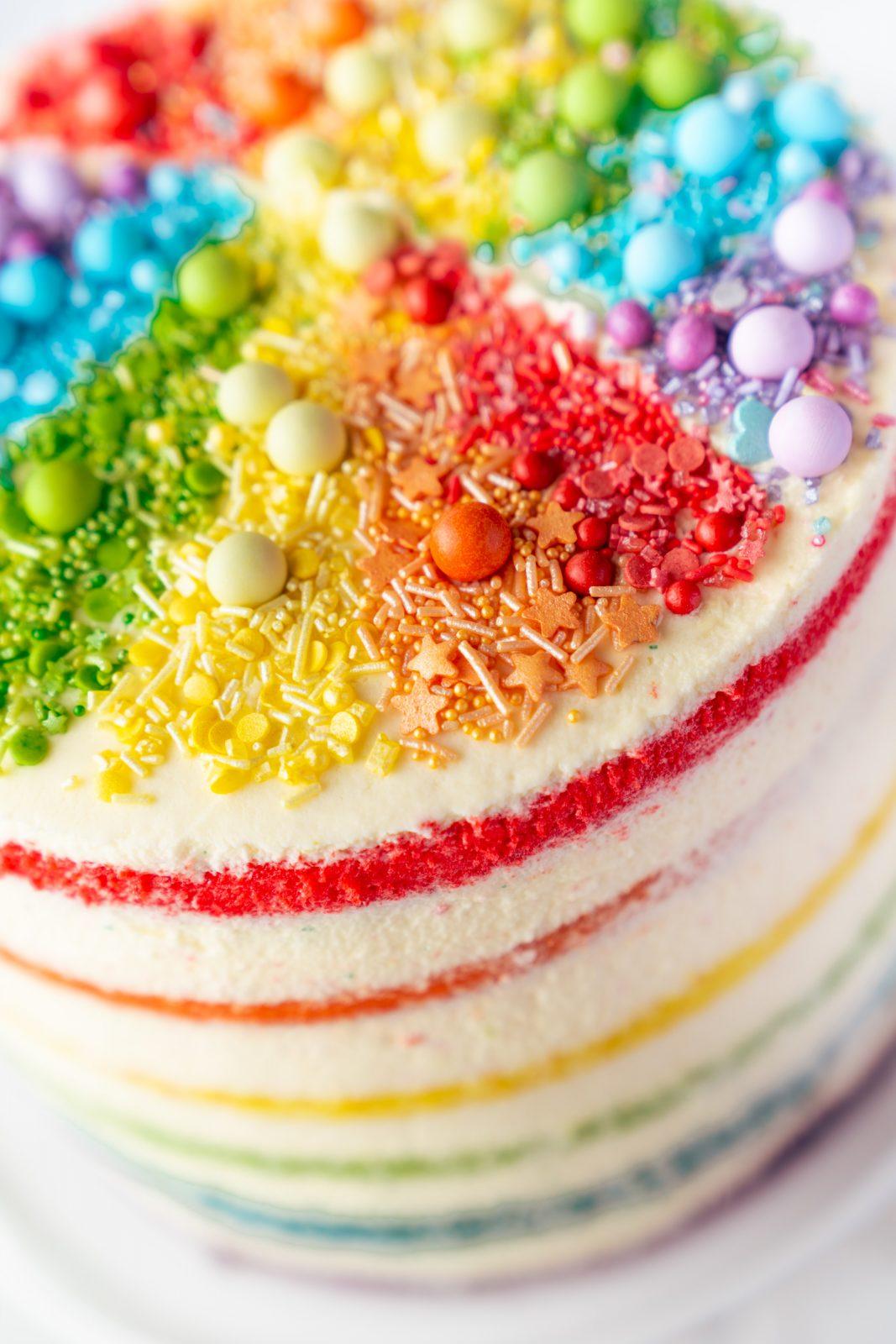 Regenbogen Torte 37 | Born this way! Heute wird es bunt und das ist gut so. Der Juni ist der alljährliche Pride-Monat und 2021 hat unsere Regenbogen-Torte ein Makeover defintiv verdient, denn ihr seid schon seit 2017 ganz verrückt nach diesem absoluten Leckerbissen! Aber was hat es mit der Regenbogenflagge eigentlich genau auf sich? Wir werden dem mal ein wenig auf den Grund gehen und dabei gibt es ein großes Stück Rainbow Cake.