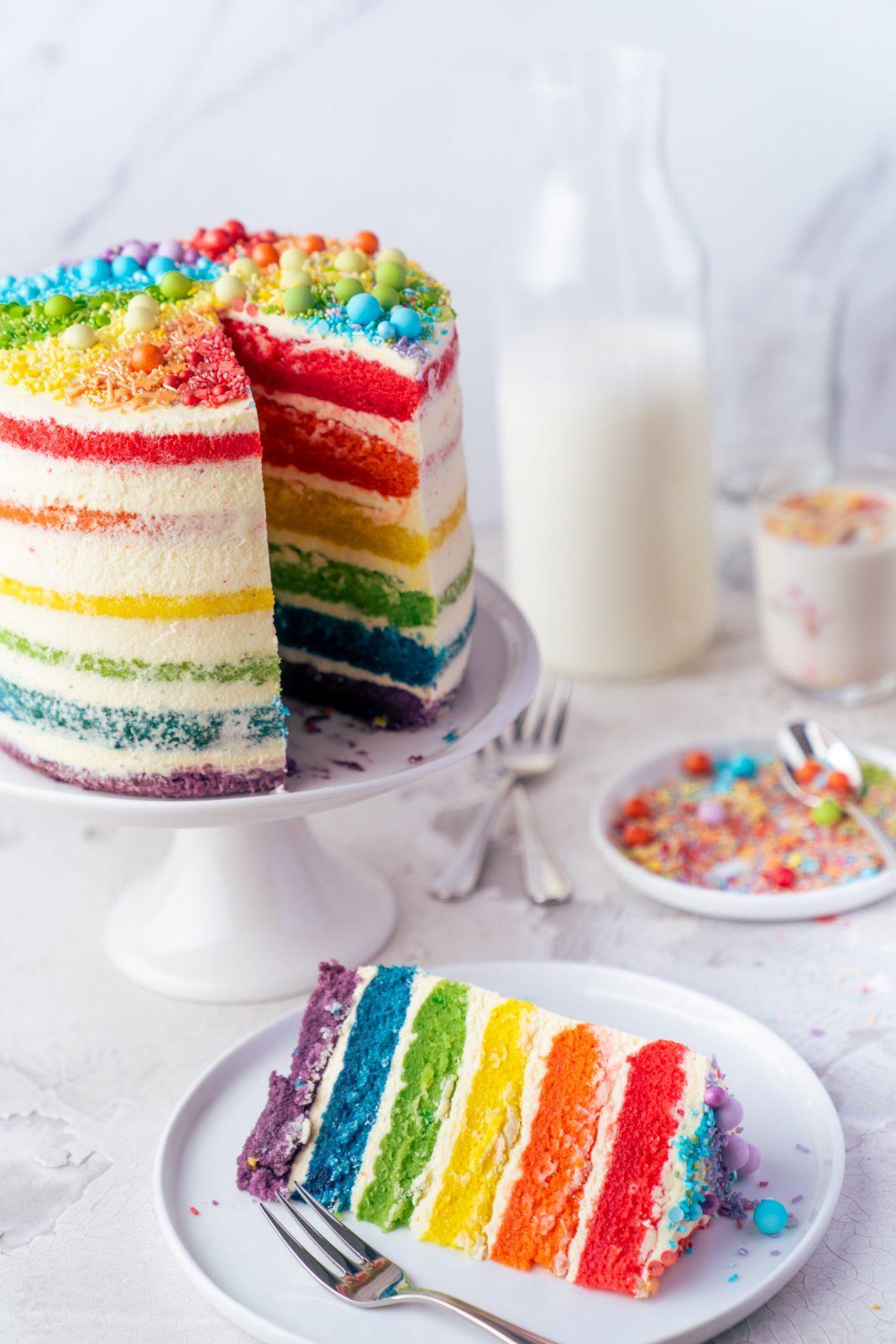 Regenbogen Torte 40 | Born this way! Heute wird es bunt und das ist gut so. Der Juni ist der alljährliche Pride-Monat und 2021 hat unsere Regenbogen-Torte ein Makeover defintiv verdient, denn ihr seid schon seit 2017 ganz verrückt nach diesem absoluten Leckerbissen! Aber was hat es mit der Regenbogenflagge eigentlich genau auf sich? Wir werden dem mal ein wenig auf den Grund gehen und dabei gibt es ein großes Stück Rainbow Cake.