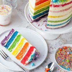 Regenbogen Torte 46 | Born this way! Heute wird es bunt und das ist gut so. Der Juni ist der alljährliche Pride-Monat und 2021 hat unsere Regenbogen-Torte ein Makeover defintiv verdient, denn ihr seid schon seit 2017 ganz verrückt nach diesem absoluten Leckerbissen! Aber was hat es mit der Regenbogenflagge eigentlich genau auf sich? Wir werden dem mal ein wenig auf den Grund gehen und dabei gibt es ein großes Stück Rainbow Cake.
