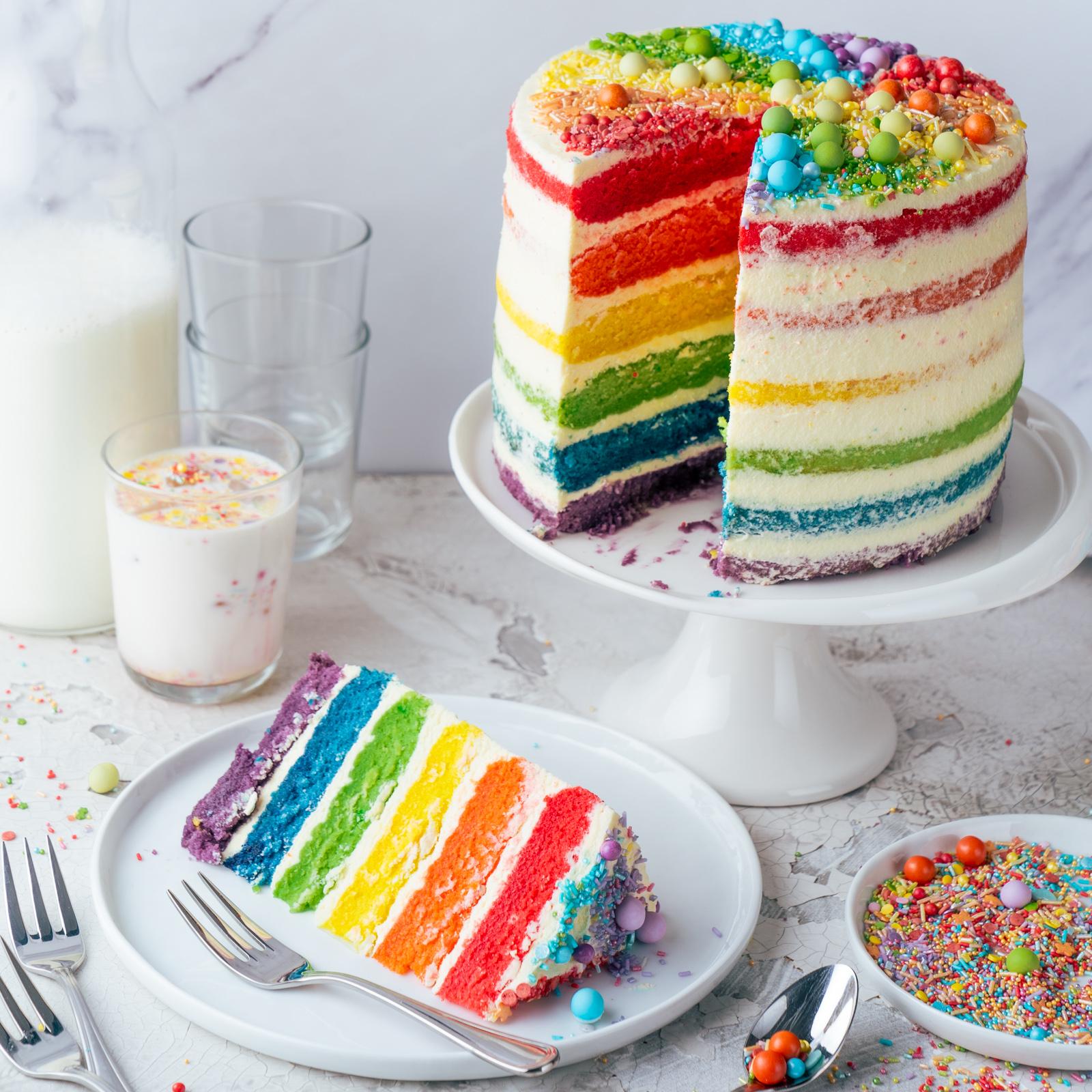 Regenbogen Torte 47 | Born this way! Heute wird es bunt und das ist gut so. Der Juni ist der alljährliche Pride-Monat und 2021 hat unsere Regenbogen-Torte ein Makeover defintiv verdient, denn ihr seid schon seit 2017 ganz verrückt nach diesem absoluten Leckerbissen! Aber was hat es mit der Regenbogenflagge eigentlich genau auf sich? Wir werden dem mal ein wenig auf den Grund gehen und dabei gibt es ein großes Stück Rainbow Cake.