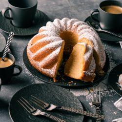 Rezept für einen Sandkuchen. Simpel. Saftig. Schnell. Definitiv der saftigste Sandkuchen, den man sich vorstellen kann. Einfach perfekt, daher ein Muss zum Nachbacken.