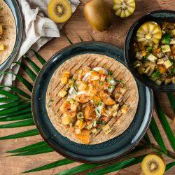Kiwi Salsa ZESPRI 103   Snackst du auch schon? Wir sind vor allem im Arbeitsalltag große Fans von flotten, unkomplizierten Snacks, die uns durch den Tag bringen. Manche perfekt zum zwischendurch Naschen oder auch Snacks für eine verdiente Auszeit. Gemeinsam mit den saftigen Zespri SunGold Kiwipräsentieren wir euch genau so einen Kiwi-Snack. Ohne viele Zutaten, schnell selbstgemacht und super flexibel nutzbar - hier ist unsere Kiwi-Salsa!