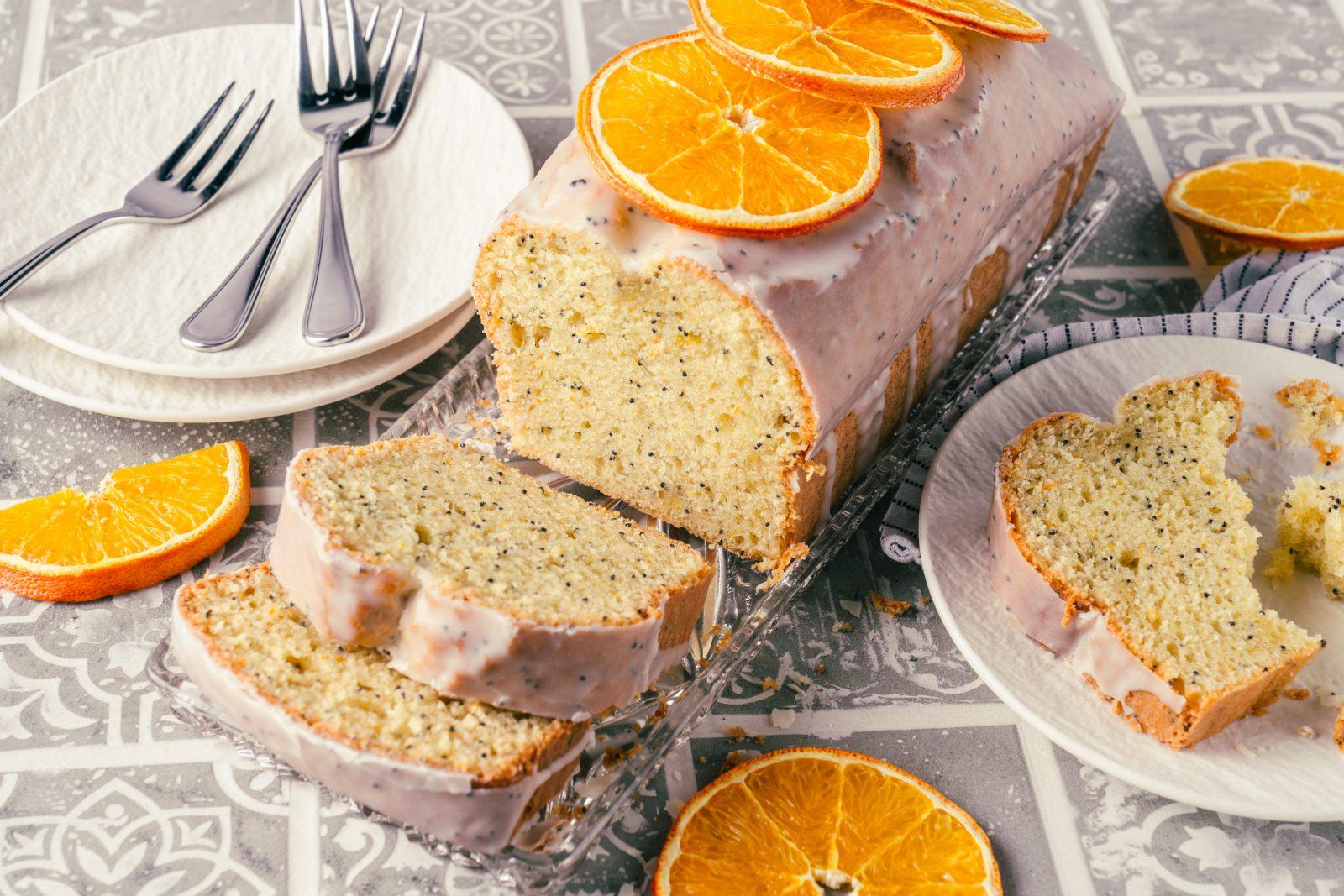 Orange Mohnkuchen 5 | Der Juni ist da und damit höchste Zeit für unseren Sommerkuchen 2021! Also der Kuchen der uns direkt in gute Laune & Sommerstimmung bringt. Viele denken jetzt bestimmt an Torten und ja gerade im Sommer kann so eine kühle Sahnetorte echt toll sein, aber noch viel lieber machen wir uns über einen saftigen Rührkuchen her. So erfüllt unser Mohn-Orangenkuchen alle Kriterien und es wird in dieses Jahr noch einige Male auf die Kuchentafel für uns, Freunde und Familie schaffen.