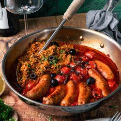 Chorizzo Pfanne TEFAL 17 | Heute wollen wir euch entführen - es geht nach Spanien und es wird würzig und so lecker! Dafür sorgt die typisch spanische Chorizo, die wir beide sehr gerne mögen. Die Wurst ist das Highlight dieses schnellen Pfannengerichts, dazu noch Tomaten, Oliven und Reis - fertig ist unserewürzige Chorizo-Pfanne! Mit ihren mediterranen Aromen fühlt man sich sofort wie im Urlaub.
