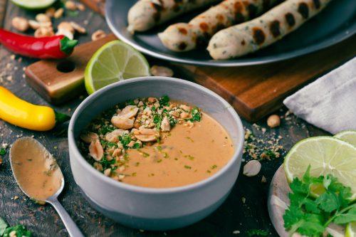Rezept für unsere schnelle und leckere Erdnuss-Grillsauce. Mit Koriander verfeinert, die perfekte Kombination mit der Erdnuss und in 15 Minuten fix und fertig.