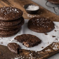 Extreme Chocolate Cookie 22 | Unsere Liebe zur Schokolade kennt keine Grenzen und dieses Rezept hat uns süchtig gemacht! Es ist so einfach zu machen, man kann es nach Belieben abwandeln und jeder liebt sie. Wir wollten eine neue Variante klassischer Kekse, die wirklich schokoladig sind, aber wir waren frustriert von Rezepten mit zu viel Zucker oder mit nur ein wenig Kakaopulver. Unser perfekter Keks ist jetzt Deiner: reichhaltige, dunkle Brownie-ähnliche Textur, süßer, cremiger Geschmack von geschmolzener Milchschokolade - was wollen wir mehr? Ihr müsst unsere Extreme Chocolate Cookies einfach ausprobieren.