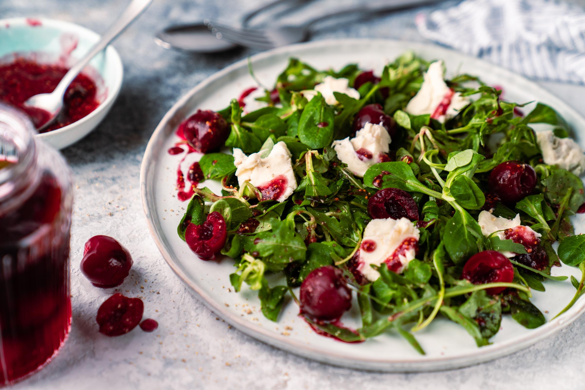 Rezept für eingelegte Kirschen und einen köstlichen grünen Salat, zu dem die Kirschen perfekt passen!