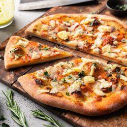 Pizzabrot Cheddar Kerrygold 26 | Beilage gefällig?! Wir möchten ein klares JA von euch hören. Denn in unserem neuen Rezept, das wir zusammen mit Kerrygold vorbereitet haben, geht es um unser super leckeres Cheddar-Pizzabrot mit Knoblauch. Wem da nicht schon gleich das Wasser im Mund zusammen läuft, dem können wir heute auch nicht mehr helfen. Wir beide lieben Pizzabrot in den verschiedensten Formen. In Form von Schnecken, in Form von Stangen oder auch in Form von einer klassischen Pizza. Wir haben uns für die letzt genannte Variante entschieden.