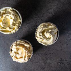 Lernt drei Arten von Buttercremes kennen und erfahrt, wie Ihr sie alle einfach selbst zubereiten könnt! Französische, Swiss Meringue und Deutsche Buttercreme!