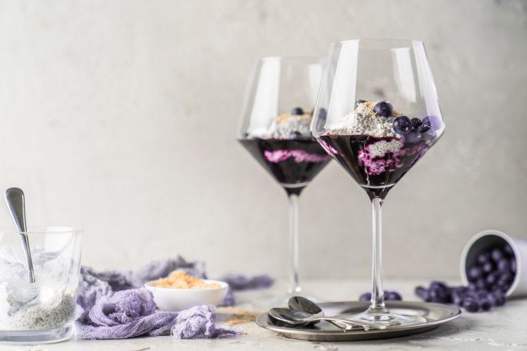 Rezept für Kokos-Chia-Pudding mit Blaubeeren. Unser Rezept besteht aus quasi 3 Superfoods. Mit einem besseren Gewissen könnt ihr kaum ein leckeres Dessert naschen.