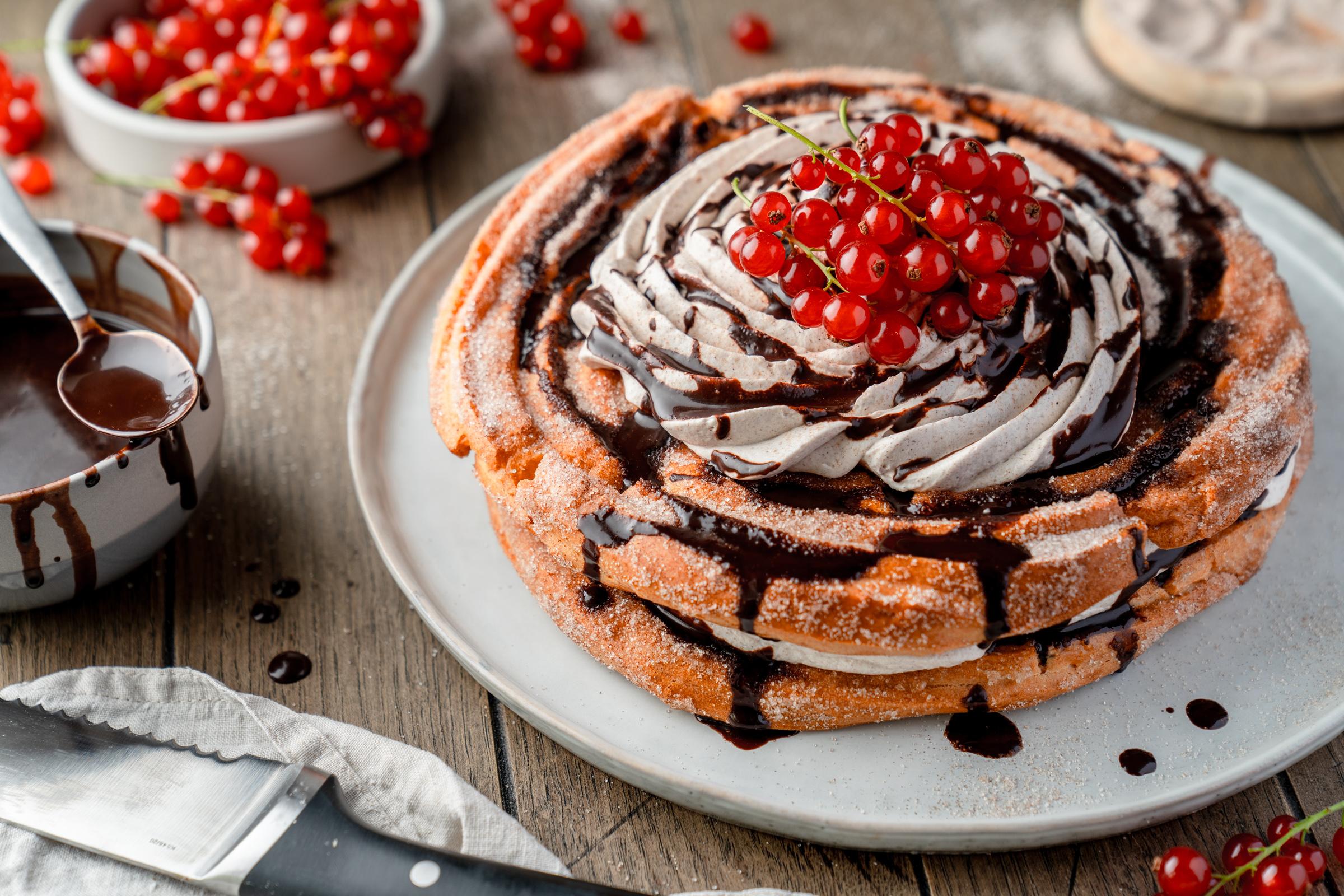 Wenn Ihr Churros liebt, wird Euch diese Churros-Torte umhauen. Der Brandteig wird gebacken, nicht frittiert - er ist wirklich einfach zu machen.