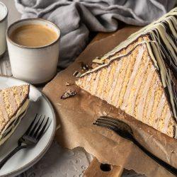 Margarethenschnitt Pyramidenkuchen 13 | Es ist kein Geheimnis, dass ich ein Foodie bin, und wenn Du das auch bist, dann ist dieser Blogbeitrag genau das Richtige für Dich. Eine meiner liebsten Kindheitserinnerungen ist die Zeit, in der meine Mama eine Margarethen-Schnitte aus der Konditorei, in der sie gearbeitet hat, mitgebracht hat. Mir läuft das Wasser im Mund zusammen, wenn ich nur daran denke! Der Kuchen in Dreieckform aus meiner Kindheit war im Grunde eine leckere Nougattorte: Schicht um Schicht aus dünnem Biskuit im Wechsel mit einer Nougat-Buttercreme. Was soll ich sagen? Wenn es Margarthen-Schnitte gab, hab ich jeden anderen Kuchen stehen lassen. Worauf wartest du also noch? Legt eure Backutensilien bereit, nehmt Eier, Mehl, Butter und Zucker und macht euch daran, Saschas Margarethen-Schnitte zu backen!