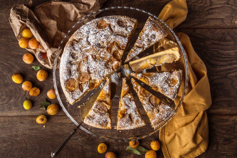 Frangipane ist eine einfache Mandelfüllung. In diesem Rezept kombinieren wir sie mit Mirabellen, um eine köstliche und schöne französische Tarte zu backen.