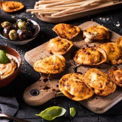 Ravioli Chips mit Balsamico-Mayo_MAZZETTI