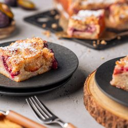 Zwetschgenkuchen mit Streusel 2 | Juckt es euch auch manchmal in den Fingern, wenn im Supermarkt eine saftige Pflaume auftaucht? Ihr wisst, wovon ich spreche. Dieses intensive Verlangen, sich eine dieser Schönheiten zu schnappen und sofort etwas aus ihnen zu machen. Das Problem ist nur, dass die meisten Menschen keine Zeit und Lust für das ganze Gedöns mit Hefeteig & Co haben - sie wollen einfach nur schnell einen Pflaumenkuchen! Dieser Blogpost ist für euch: Wir zeigen euch, wie einfach es sein kann, ohne viel Aufwand ein unverschämt guten Zwetschgenkuchen zu kreieren! Diesen Streusel-Cheesecake mit Zwetschgen liebt einfach jeder - mit Sicherheit auch du.