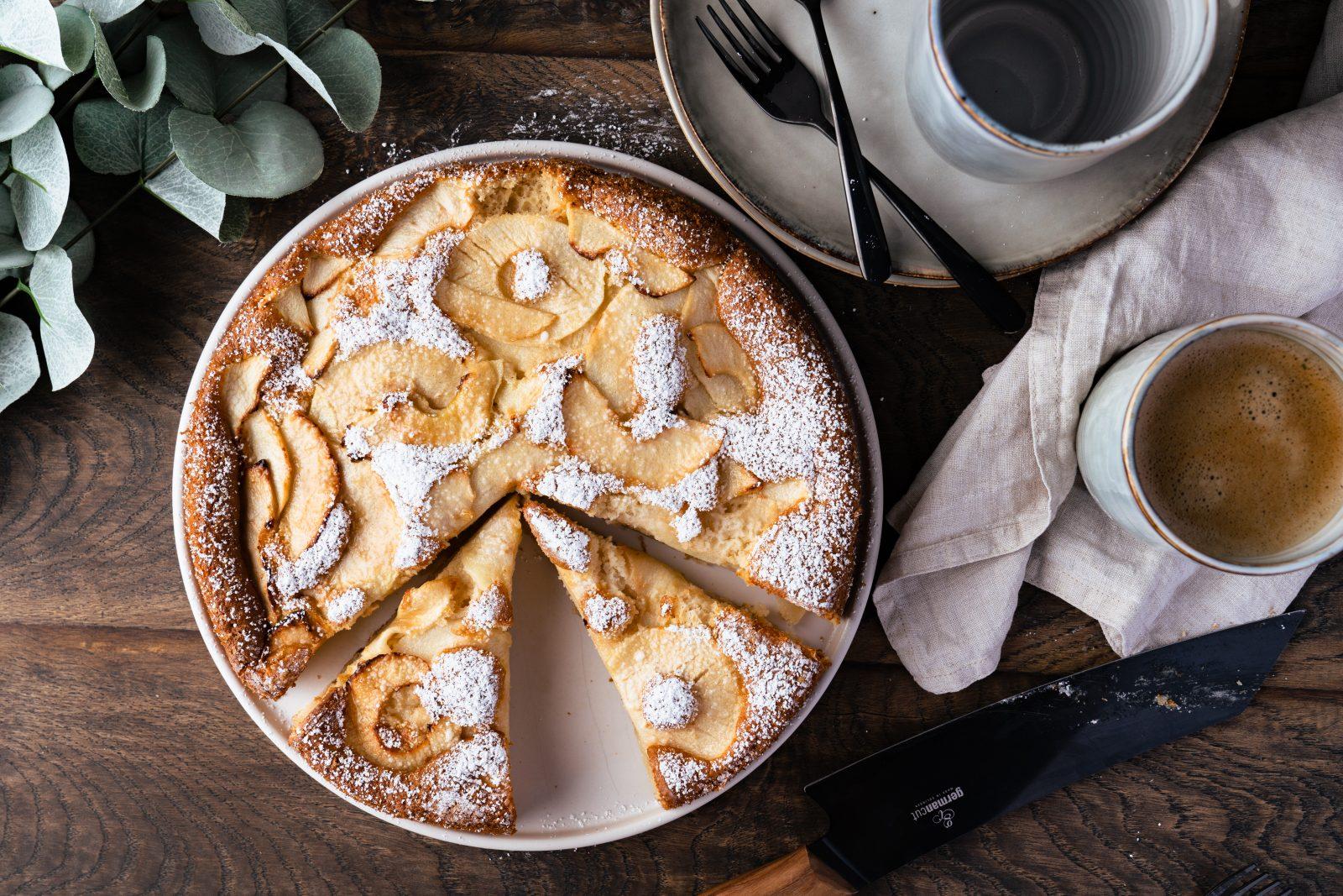 """C2622BF2 695E 41A0 9131 C362B3F374DF   Es ist Herbst und es ist Apfelsaison! Und wie könnte man das besser feiern, als mit einem fluffigen, zuckerarmen Apfelkuchen?! Hier ist unser Rezept für den perfekten Herbstkuchen - unser fluffigster Apfelkuchen. Ihr werdet nicht glauben, dass dies ein Rezept ist, das ohne Butter, mit wenig Zucker, dafür aber mit viel Geschmack und Liebe gebacken ist und """"trotzdem"""" so gut schmeckt. Vielleicht ist er sogar """"gesünder"""" als die meisten anderen Kuchen, die wir bisher gebacken haben. Auf jeden Fall ist er aber super fluffig und woran das liegt, das erzählen wir euch."""