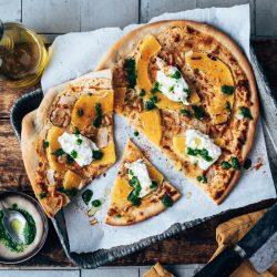 Rezept für schnellen Veggie-Flammkuchen mit Burata und Pesto. Fix auf dem Tisch in nur 30 Minuten. Super als Snack, aber auch als Hauptgericht.