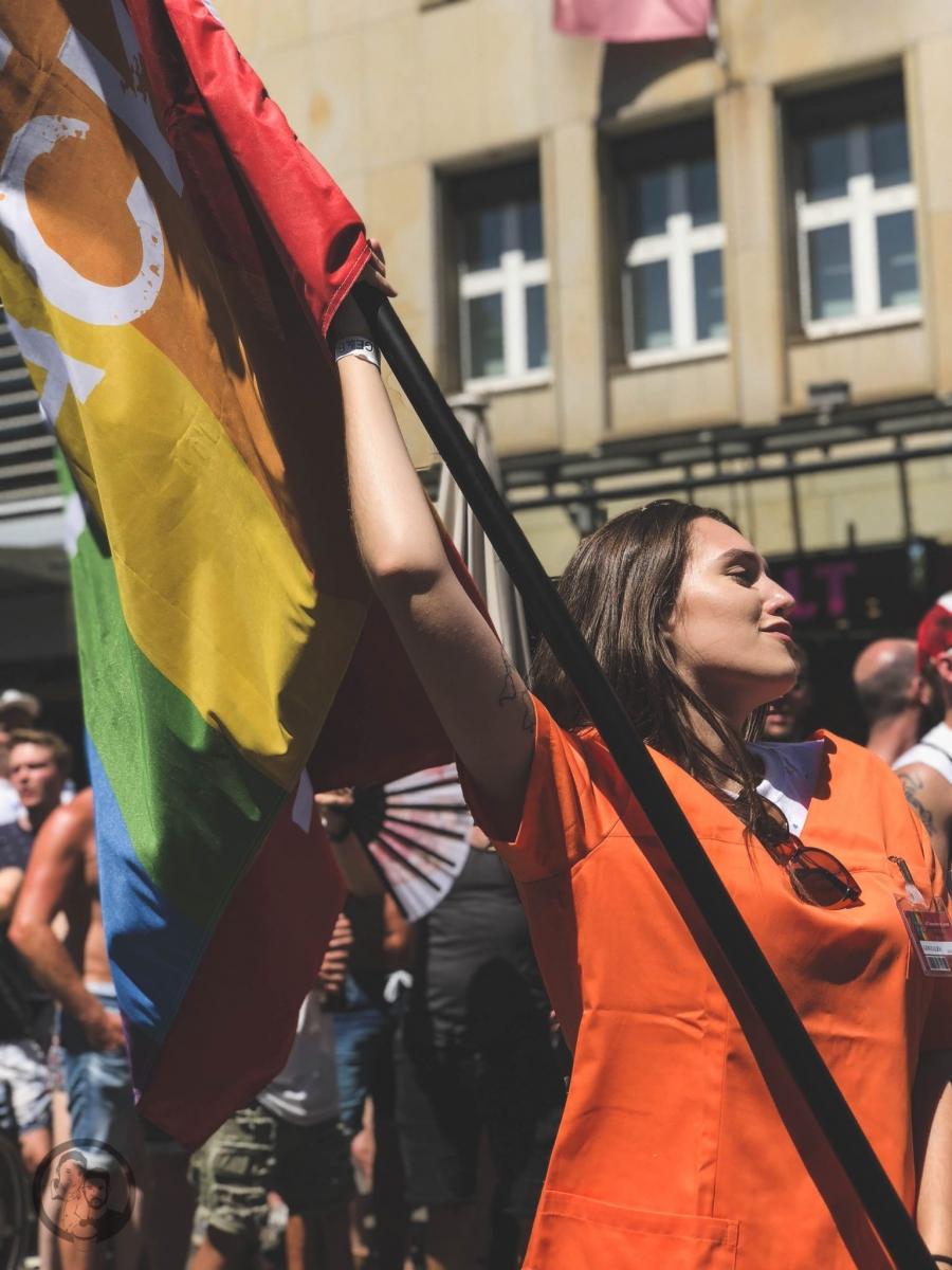 Frau mit Regenbogenflagge