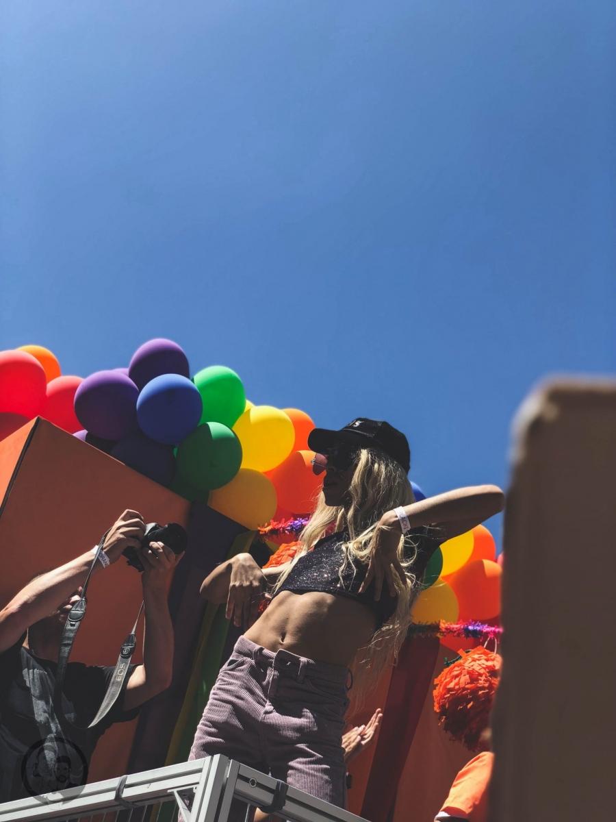 Bunte Luftballons auf CSD Wagen