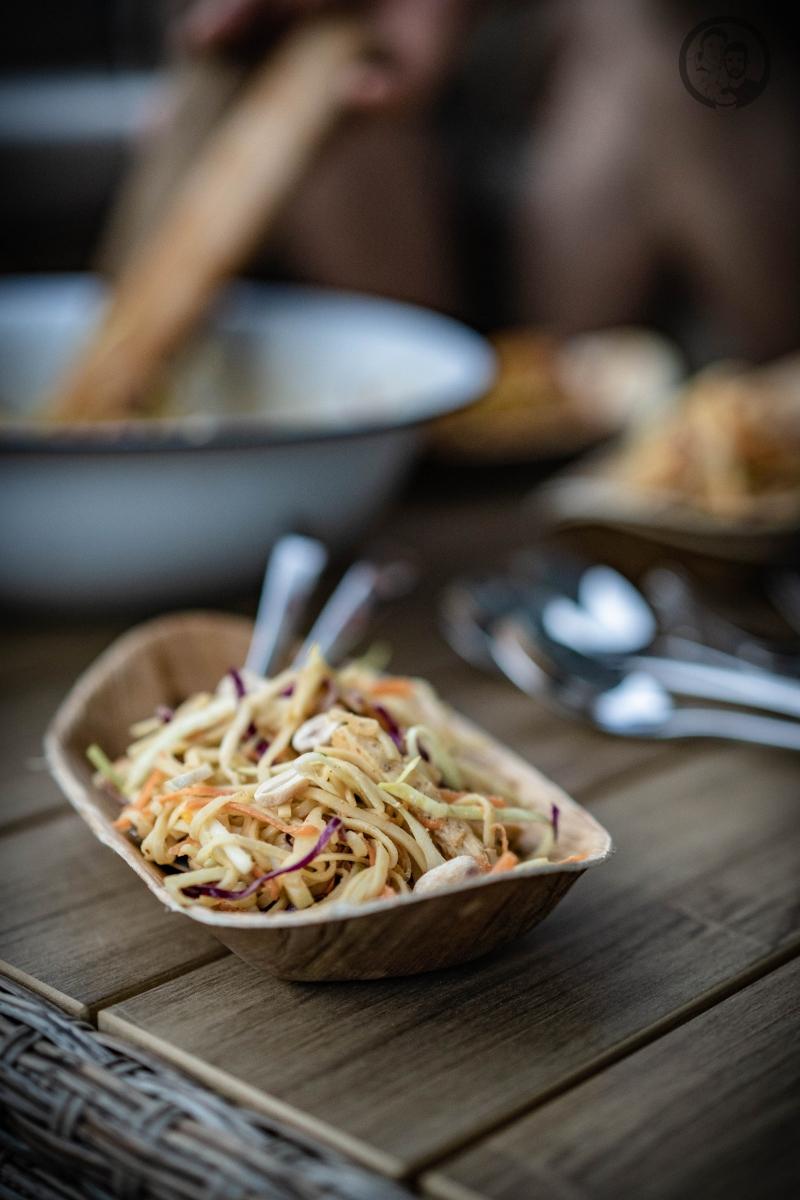 Schale mit Nudelsalat und Erdnüssen