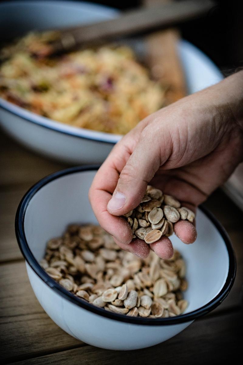 Erdnüsse in der Hand